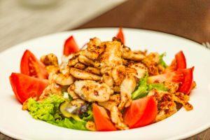 putenstreifen-an-salat-am-tisch